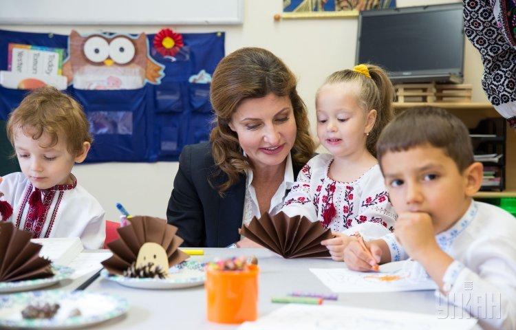 Супруга президента Украины Марина Порошенко общается с детьми в украинском детском культурно-учебном центре Барвинок, в Нью-Йорке (США).