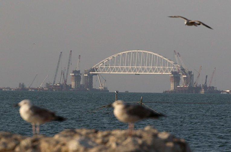 Арка Крымского моста днем и на закате