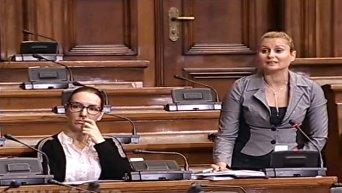 Оппозиция довела спикера парламента Сербии до слез. Видео