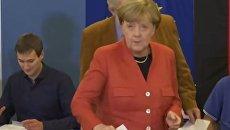 Меркель и ее соперник проголосовали на парламентских выборах в Германии