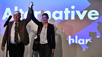 Главные кандидаты от партии Альтернатива для Германии (AfD) Александр Гауланд (слева) и Алиса Вейдель в Берлине во время выборов в бундестаг