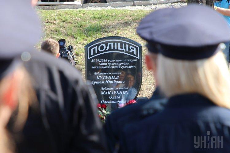 В Днепре открыли памятник патрульным полицейским Ольге Макаренко и Артему Кутушеву, которых год назад застрелил преступник, находившийся в розыске.