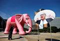 Надувной розовый слон рядом со знаком, изображающим президента Европейской комиссии Жана-Клода Юнкера. Перформанс организовали активисты-экологи перед штаб-квартирой Комиссии ЕС в Брюсселе, Бельгия.