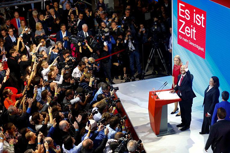 Социал-демократическая партия Германии (СДПГ) во главе с Мартином Шульцем на минувших выборах в бундестаг получила 20,5% (153 места), добившись худшего результата в истории и став второй по результатам выборов после альянса ХДС/ХСС во главе с Ангелой Меркель.