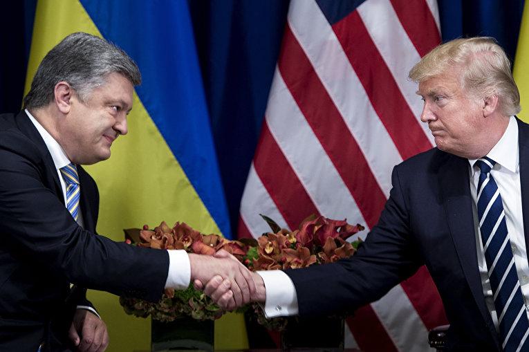 Президент Украины Петр Порошенко и президент США Дональд Трамп пожимают друг другу руки перед встречей в отеле «Палас» во время 72-й Генеральной Ассамблеи ООН 21 сентября 2017 года в Нью-Йорке