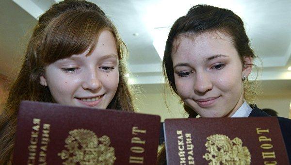 Девушки на торжественном вручении паспортов молодым гражданам Российской Федерации. Архивное фото