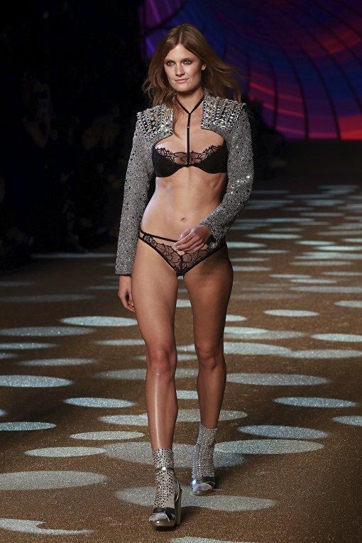 0df96cbdb2c5 Модель Констанс Яблонски. Дефиле нижнего белья в ходе показа Etam Live Show  в Париже,