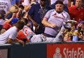 Бейсболист рассыпал чипсы болельщика и купил ему новые прямо во время матча