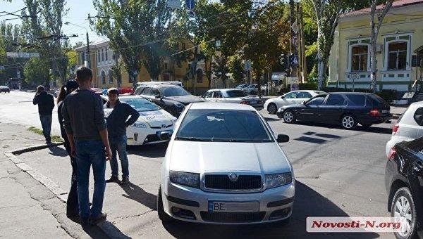 В Николаеве бронетранспортер протаранил Шкоду и покинул место ДТП