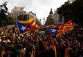 Студенты участвуют в демонстрации в пользу запрещенного референдума о независимости 1 октября в Барселоне
