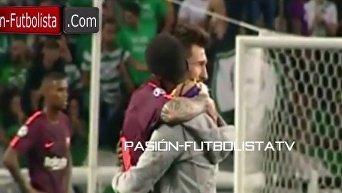 Фанат Месси выбежал на поле и поцеловал бутсы футболиста. Видео