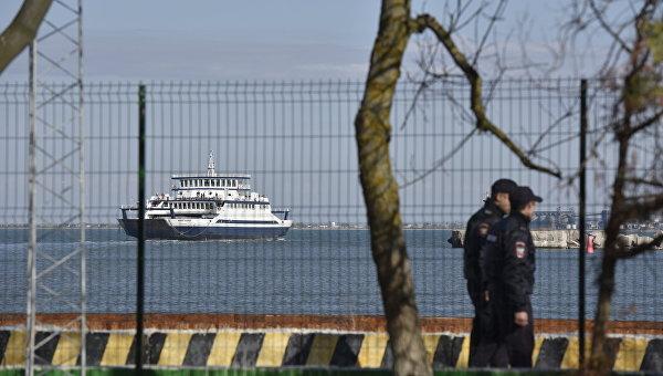 Полицейские на набережной в порту Керчь. Архивное фото
