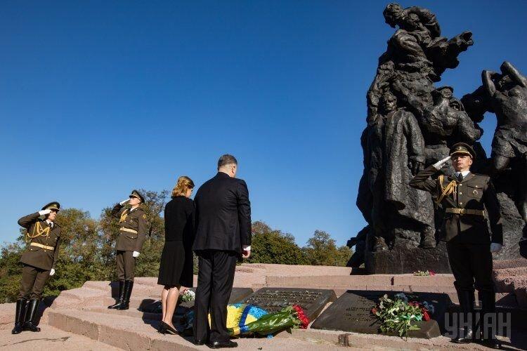 Президент Петр Порошенко с супругой Мариной во время возложения цветов к памятнику жертвам Бабьего Яра в Киеве