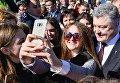Президент Петр Порошенко общается с людьми во время открытия нового моста через реку Быстрица Солотвинская