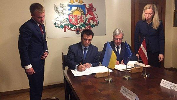 Павел Климкин и министр образования Латвии Карлис Шадурскис