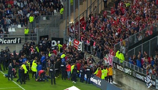 Падение фанатов с трибуны на матче чемпионата Франции по футболу Амьен – Лилль