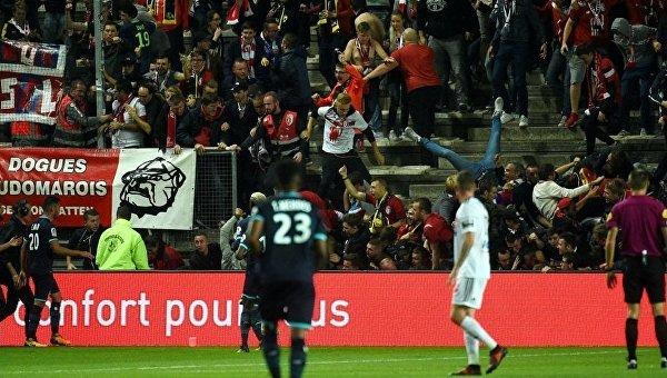 Во время футбольного матча чемпионата Франции Амьен— Лилль обрушилась трибуна со зрителями