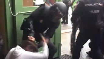Работа полиции в Каталонии: тащат за волосы и бьют ногами