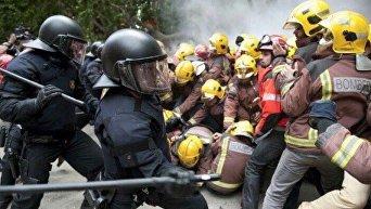 Столкновения протестующих с полицией в Каталонии
