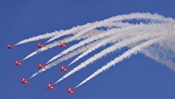 Выступление Красных стрел ВВС Великобритании на авиашоу в Кувейте