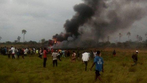 На месте падения военного транспортного самолета Ан-12 в Конго