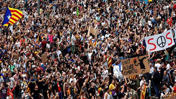 Многотысячный митинг против действий полиции в центре Барселоны