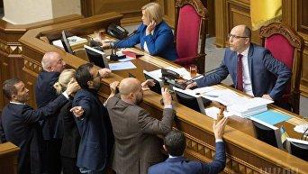 Народные депутаты в президиуме парламента во время заседания Верховной Рады Украины