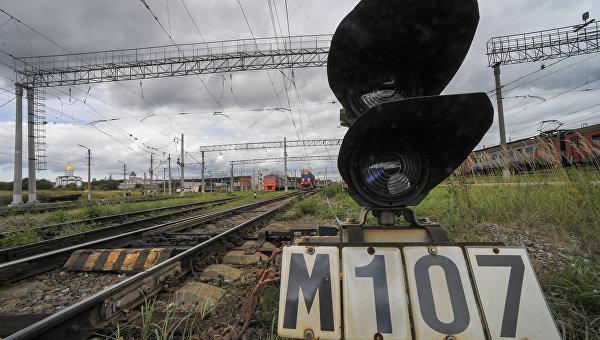 Железнодорожный светофор на путях