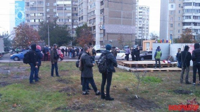 ВКиеве активисты разгромили АЗС изабросали яйцами начальника управления милиции,