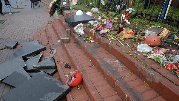 В центре Киева разгромили памятник жертвам Майдана