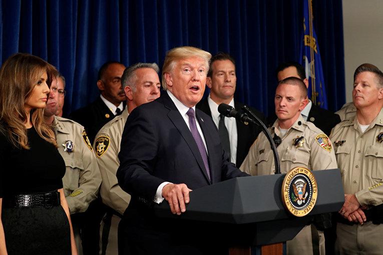 Президент США Трамп говорит с полицией в Лас-Вегасе