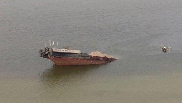 Крушение баржи и разлив нефти в Херсонской области