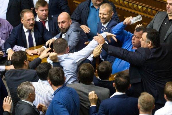 Потасовка между депутатами Рады произошла в сессионном зале во время голосования законопроекта о восстановлении суверенитета над оккупированным Донбассом