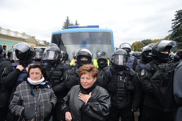 Ситуация под Верховной Радой в день голосования законопроекта о восстановлении суверенитета над оккупированным Донбассом