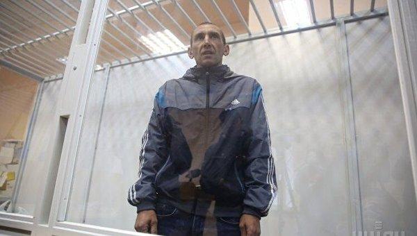 Вандал, который разрушил памятный знак героям Небесной сотни, Юрий Чеканов в стеклянном боксе во время заседания Печерского районного суда Киева