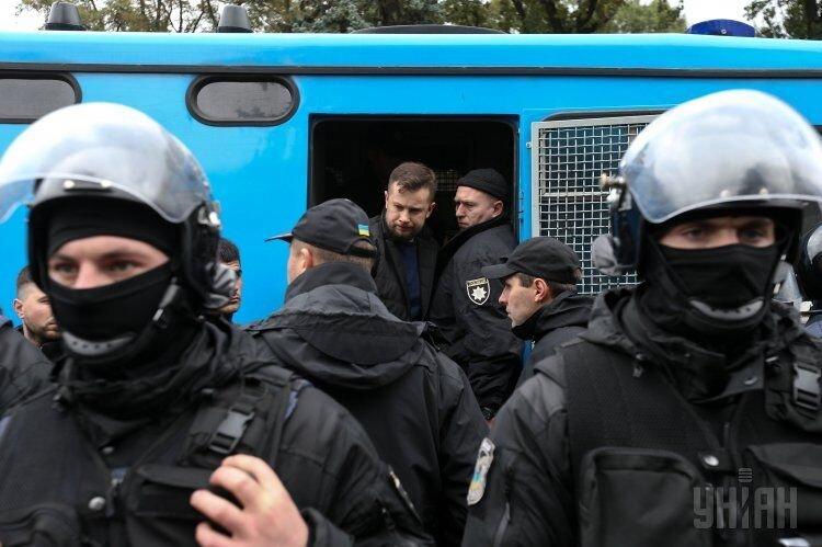 Лидер Национального корпуса, основатель полка Азов, народный депутат Андрей Белецкий выходит из автозака во время акции Свободы и Национального корпуса против принятия законопроектов по Донбасса