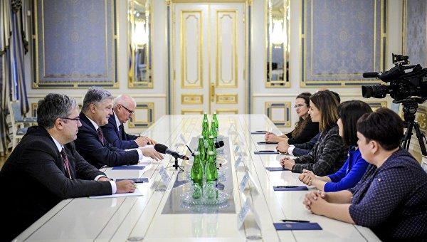 Президент Украины Петр Порошенко во время встречи с финалистами конкурса «Global Teacher Prize Ukraine».