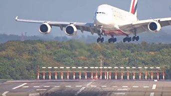 Посадка пассажирского авиалайнера в Дюссельдорфе во время урагана. Видео