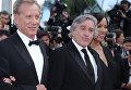 Актеры Джеймс Вудс (слева) и Роберт Де Ниро (в центре) с супругой Грейс Хайтауэр на 65-ом Международном Каннском кинофестивале