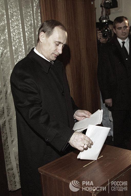Владимир Путин голосует на избирательном участке. Выборы в Государственную Думу РФ 19 декабря 1999 года