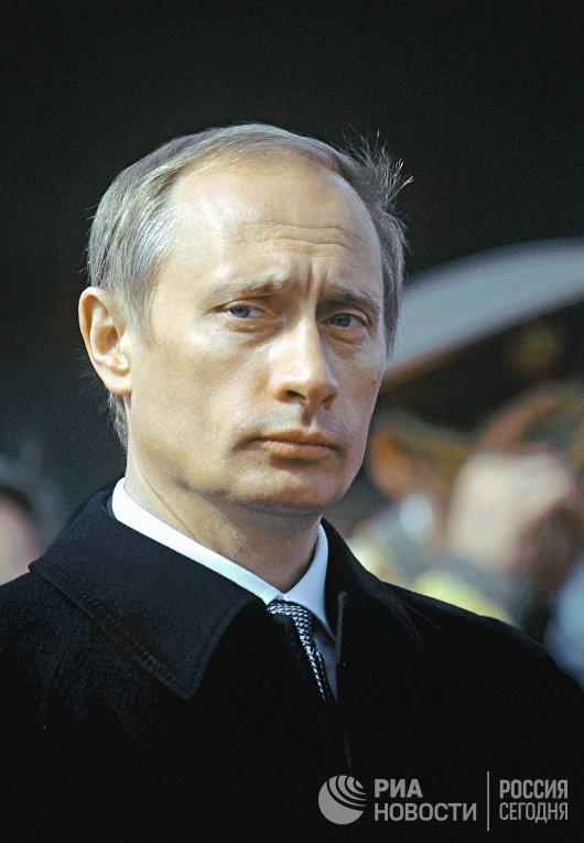 Президент России Владимир Путин на Красной площади в День Победы 9 мая 2000 года