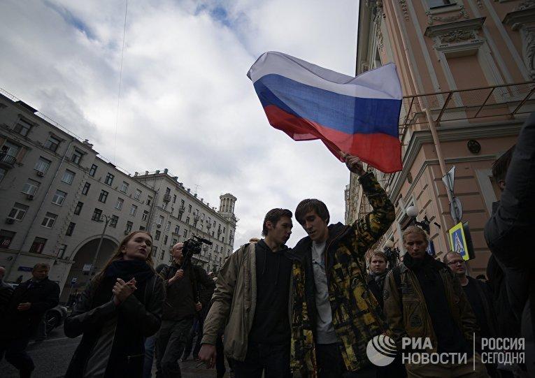 Участники во время несанкционированной акции на Тверской улице в Москве, 7 октября 2017