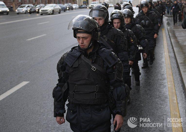 Сотрудники правоохранительных органов во время несанкционированной акции на Пушкинской площади в Москве, 7 октября 2017