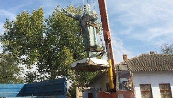 Демонтаж памятника Ленину в Болградском районе Одесской области