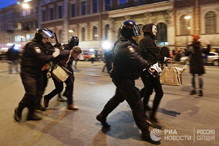 Сотрудники правоохранительных органов задерживают участников несанкционированной акции в Санкт-Петербурге
