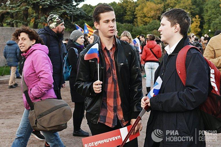 Участники несанкционированной акции на Марсовом поле в Санкт-Петербурге