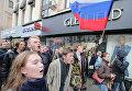 Участники несанкционированной акции протеста идут по Тверской улице в Москве