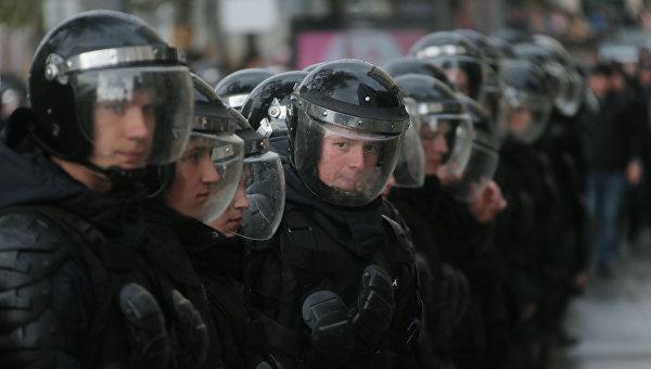 Сотрудники правоохранительных органов во время несанкционированной акции в Москве