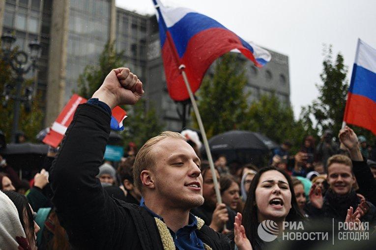 Участники несанкционированной акции на Пушкинской площади в Москве