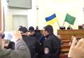 В Харькове охрана горсовета силой вывела экс-депутата из зала заседаний. Видео